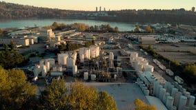 Eine Vogelperspektive einer industriellen Chemiefabrikanlage in Nord-Vancouver mit nahe der zweiten Enge-Brücke stock video footage