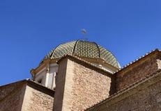 Eine Vogelperspektive eines spanischen Kirchenkirchturms lizenzfreie stockbilder