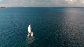 Eine Vogelperspektive eines weißen Segelboots auf dem Ozean nahe Cancun, Mexiko stock footage