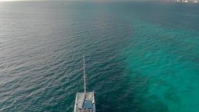 Eine Vogelperspektive eines weißen Segelboots auf dem Ozean nahe Cancun, Mexiko stock video footage