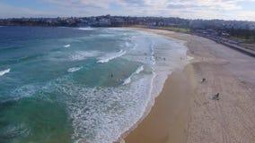Eine Vogelperspektive von Bondi setzt Küstenlinie auf den Strand stock video footage