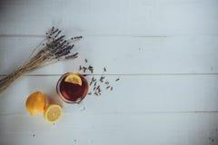 Eine volle Schale schwarzer Tee mit Zitrone stockfoto