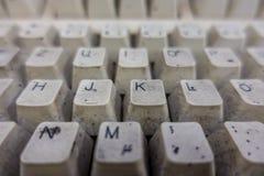 Eine vollständig schmutzige weiße Computertastatur in einer Werkstatt lizenzfreie stockfotos