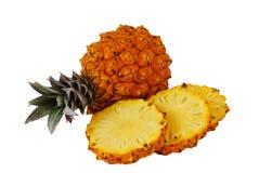 Eine vollständigen und ein geschnittenen frischen Ananas Stockfoto