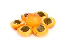 Eine vollständigen und sechs Aprikosenhälften mit Kernen Stockfoto