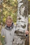 Eine von mittlerem Alter Frau im Herbstwald lizenzfreies stockbild