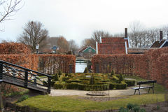 Labyrinthgarten mit Brücke Stockfotos