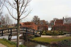 Labyrinthgarten mit Brücke Stockfoto
