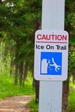 Eine Vorsicht, Eis auf Wegweiser Stockfoto