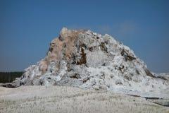 Eine vulkanisch ähnliche Struktur an Yellowstone-Park Lizenzfreie Stockfotos