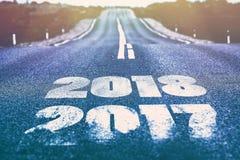 Eine Wüstenstraße mit der Aufschrift 2017 2018 Lizenzfreie Stockfotos