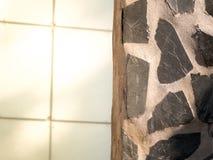 Eine Wand des dekorativen Steins und des Betons Stockfotografie