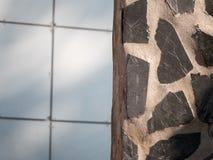 Eine Wand des dekorativen Steins und des Betons Stockbild