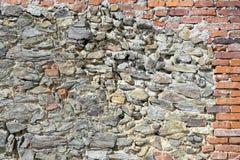 Eine Wand des Steins und des Ziegelsteines Stockbild