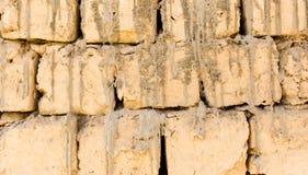 Eine Wand des Ziegelsteines des luftgetrockneten Ziegelsteines als Hintergrund Stockbilder