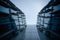 Eine Wand eines futuristischen Glaskugelbürogebäudes, von unterhalb Stockbild