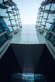 Eine Wand eines modernen Glaskugelbürogebäudes, von unterhalb Lizenzfreie Stockfotos