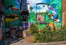 Eine Wand gemalt mit Graffiti Lizenzfreie Stockbilder