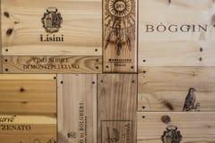 Eine Wand hergestellt von den Weinkästen in einem eleganten Restaurant lizenzfreie stockbilder