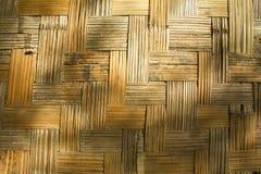 Eine Wand hergestellt von der Bambusbeschaffenheit mit Schatten stockfotografie