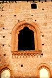Eine Wand mit einem Fenster, das aussieht wie eine Malerei im Schloss von Vigevano nahe Pavia in Lombardei (Italien) Stockfotos