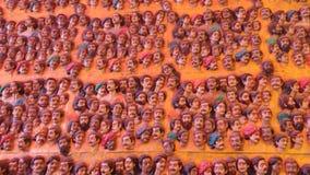 Eine Wand mit Gesichtern von Statuen Stockfotografie
