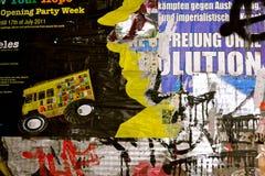 Eine Wand mit heftigem Poster und mit Graffiti geschmiert Stockfoto