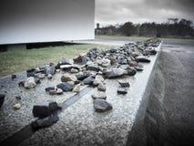 Eine Wand mit Steinen, einer für jedes Leben verlor im Lager lizenzfreies stockbild