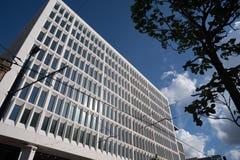 Eine Wand mit vielen quadratischen Glasfenstern auf dem Gebäude Der Rhythmus der Fenster Geometrisches Muster Lizenzfreie Stockfotografie