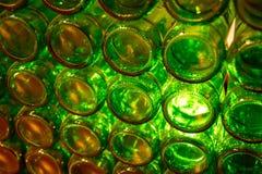 Eine Wand von leeren grünen Flaschen Stockfotos