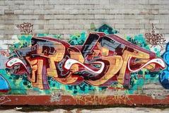 Eine Wand zerstört mit Straßen-Graffitikunst Stockbilder