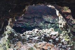 Eine Wanderung durch eine Lavahöhle in Island-Tunnels sind sehr die Enge Lizenzfreies Stockbild