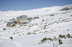 Eine Wanderung im Winter, in Richtung zum Chalet stockfoto