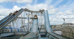 Eine Wasserachterbahn in einer Spaßmesse stock video