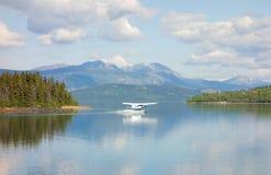 Eine Wasserflugzeuglandung im szenischen Hafen der atlins Lizenzfreie Stockfotografie