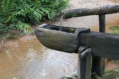 Eine Wasserquelle in einem See stockfotos