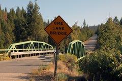 Eine Wegbrücke auf einer Landstraße Stockfoto