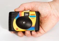 Eine wegwerfbare Kamera in der Hand, Fotograf Stockbilder