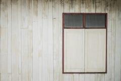 Eine weiße Farbe und ein Schmutz des alten hölzernen Fensters Lizenzfreies Stockfoto