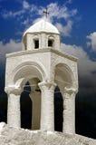 Eine weiße Kapelle mit Glocken Lizenzfreies Stockfoto