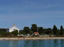 Eine weiße Kirche auf dem Friedhof von Olib in Kroatien Stockfotografie