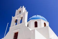 Eine weiße Kirche mit blauer Haube in Oia oder Ia auf Santorini-Insel, Griechenland Lizenzfreies Stockfoto