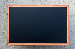 Eine weiße Kreide auf leerem Kreidebrett Hintergrund/freiem Raum lizenzfreie stockfotografie