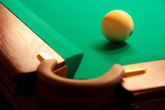 Eine weiße Kugel nahe der Billiardtasche Lizenzfreie Stockbilder