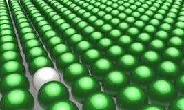 Eine weiße Kugel in vielen grünen Kugeln Stockfotografie