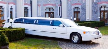 Eine weiße Limousine lizenzfreies stockbild