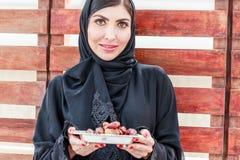 Eine weiße Schönheit mit abaya Stockfoto