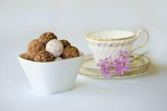 Eine weiße Schüssel mit einer Zusammenstellung von Trüffelschokoladen, Rumbälle Stockfotos
