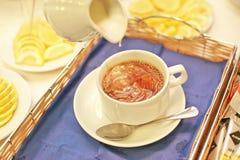 Eine weiße Tasse Tee des Schnees mit Milch Stockfotos