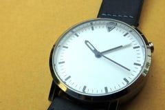 eine weiße Uhr lizenzfreie stockbilder
